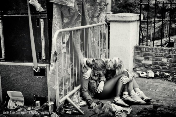 notting-hill-carnival-london-2012-summer-party-kensingston-chelsea-black-white-bw-mono-drunk-girl-friends-pissed-ill-rubbish-junk-garbage-street-photography-streettogs-cartwright